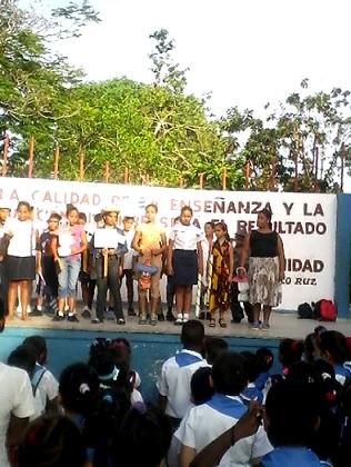 """Trabajadores del Joven Club Manzanillo IV participan en matutino especial junto a la Escuela Primaria """"Orestes Gutiérrez Escalona"""" en saludo al 1ro de Mayo."""