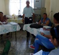 Trabajadores de Joven Club divulgan sus servicios en diferentes entidades del municipio.