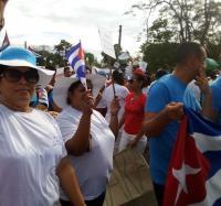 Trabajadores del Joven Club Yara III, participan en el desfile por el primero de Mayo, en el CP Veguitas.