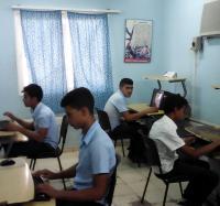 Los jóvenes disfrutan de los videojuegos en Joven Club Cauto Cristo II