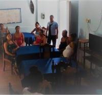 Instructora de Buey Arriba I promociona los servicios en Hogar Materno del municipio