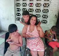 En Buey Arriba se ofrece asesoría sobre telefonía celular a discapacitada y su familia