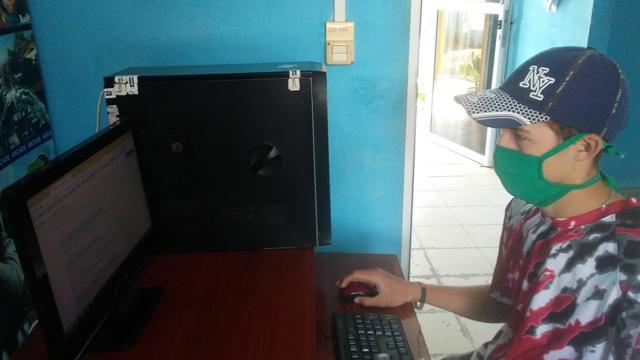 Joven Club Cauto Cristo II trabajando en función de sus clientes